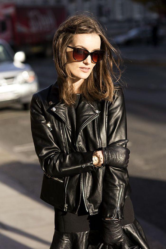 tenue rock, jupe et veste en simili cuir noir, gants en cuir pour femme, montre en or et blanc