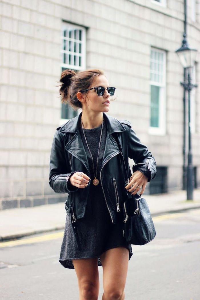 look total noir en tunique et veste en cuir, manucure ongles courts à vernis noirs, maquillage nude et coiffure cheveux attachés