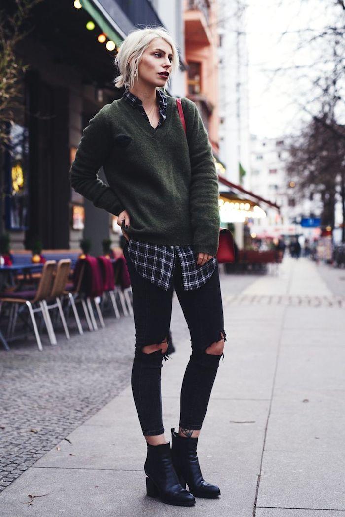 look grunge, pantalon noir avec pull khaki, chemise loose carreaux, coupe de cheveux courts blonds