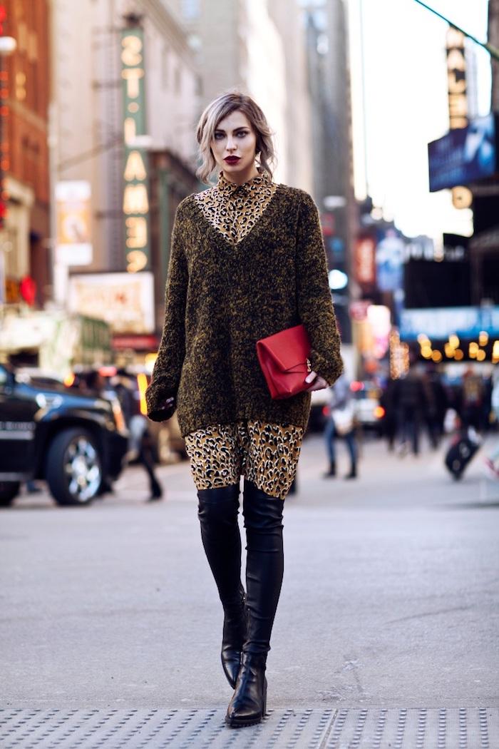 tendances de mode, pull en motifs animaux léopard, maquillage lèvres bordeaux, coiffure cheveux attachés avec mèches devant