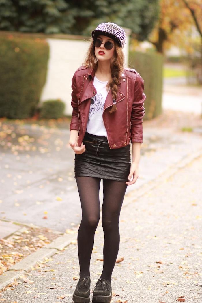 comment s habiller, casquette noire avec paillettes rose, jupe courte et veste en cuir rouge