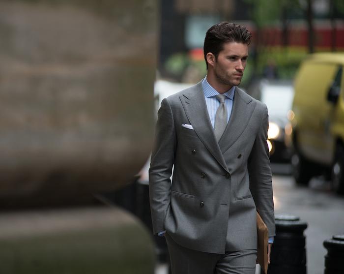 tendance de mode, look homme d'affaire en costume gris et chemise bleu clair