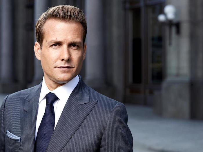 costume homme, Harvey Spectar de la série Suits, chemise blanche avec cravate bleu foncé