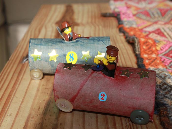 un mini-jouet en rouleau papier toilette en forme de bolide avec figurine lego