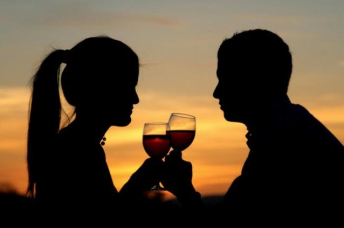 Seance photo couple images d amoureux couple d amoureux boire du vin