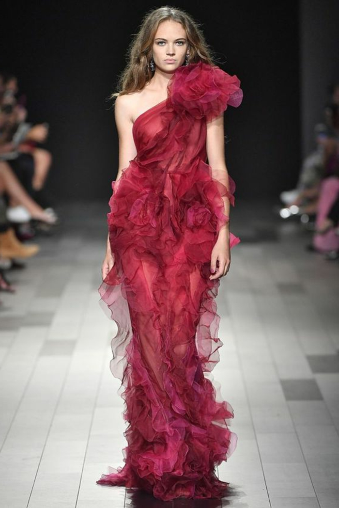robe de soirée longue nuance rubin une épaule avec des volants en longueur et effet drapé au buste