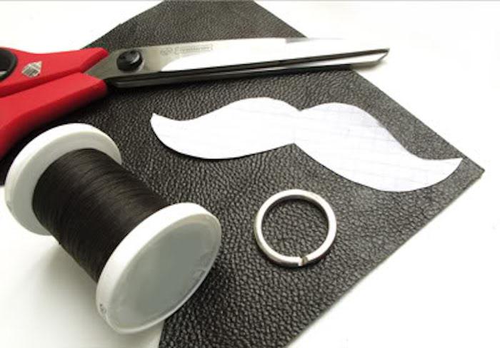 fabriquer un porte clef cuir moustache tuto porte clé