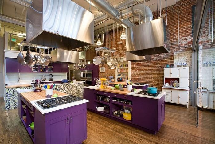cuisine style loft industriel équipée de deux îlots de cuisine peints en violet