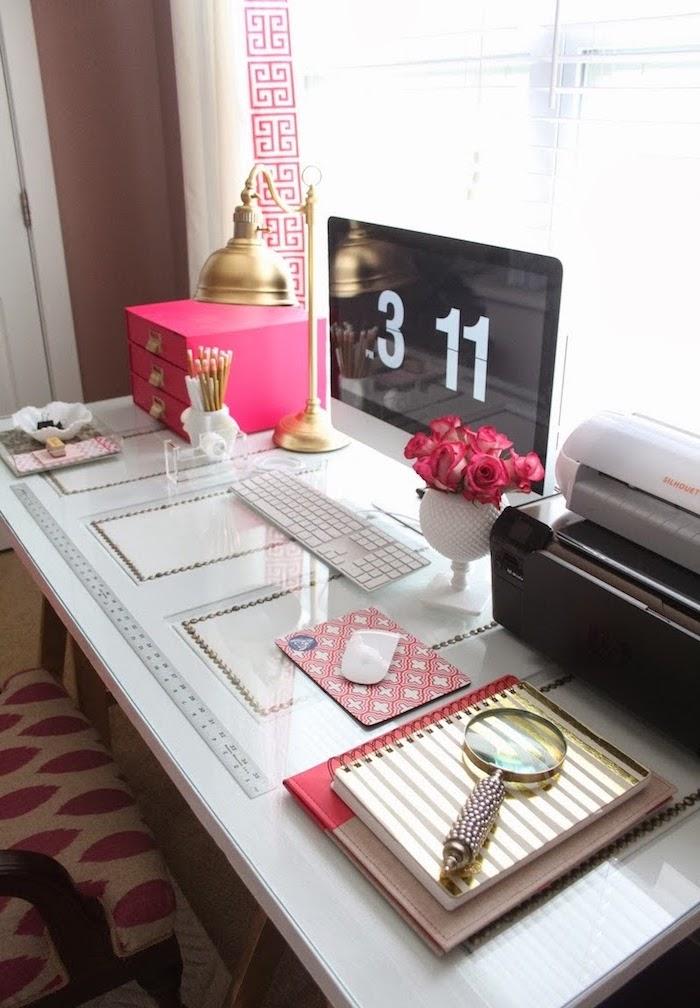 materiel de bureau, personnaliser son coin de travail féminin, accessoires rose et blanc pour le bureau