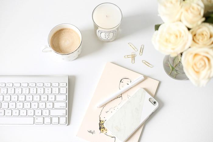 bureau avec plan de travail, clavier blanc sur table blanc, coque iphone à design marbre blanc