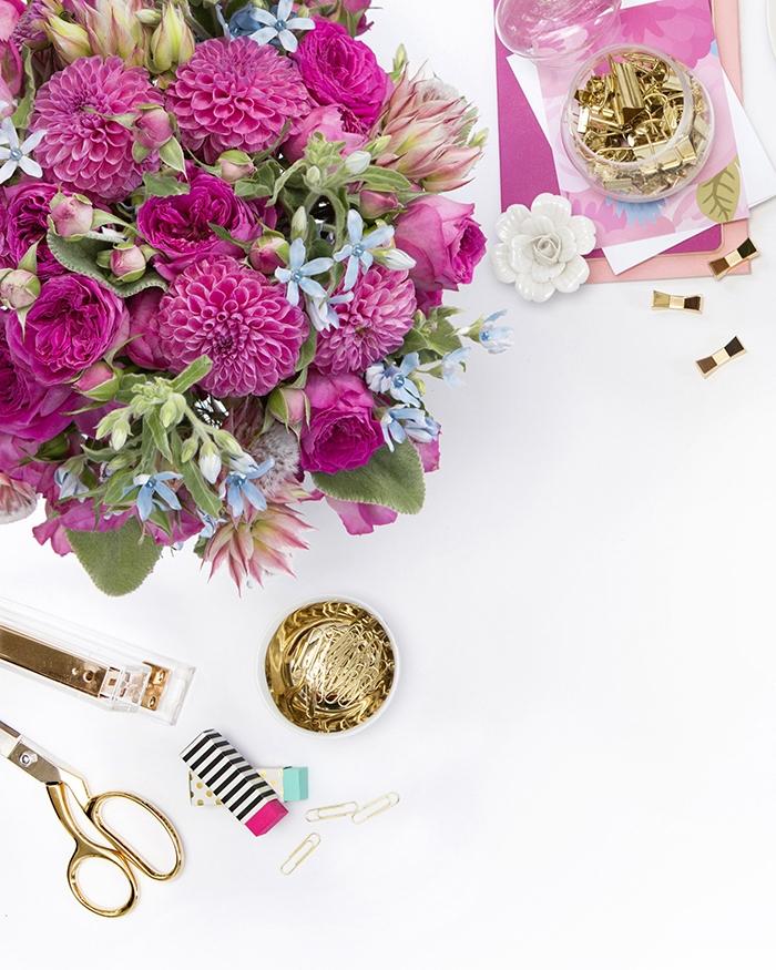 travailler de chez soi, décoration de bureau à domicile en rose et or, accessoires de bureau en or