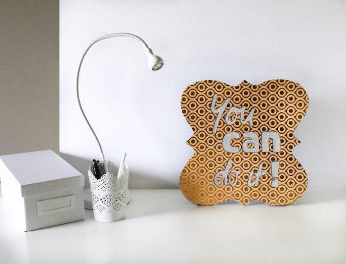 travailler de chez soi, objets décoratifs pour customiser son espace de travail, boîte en carton blanche et lampe de bureau blanche