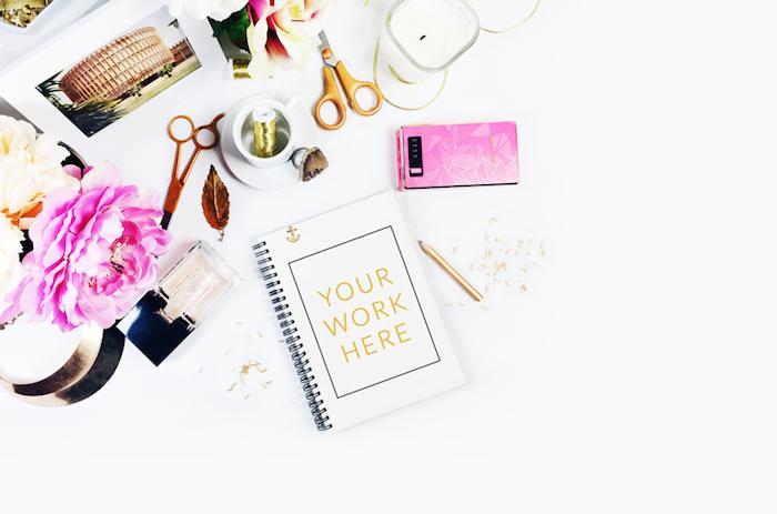 bureau avec plan de travail, objet décoratif pour bureau femme, paire de ciseaux en or et photos inspirantes italy