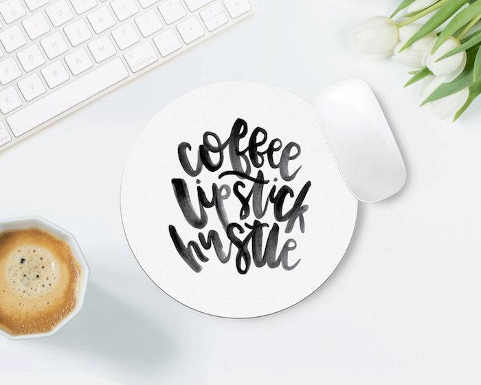 comment décorer son bureau, souris pad rond et blanc à mots inspirants en noir, clavier et souris blanc