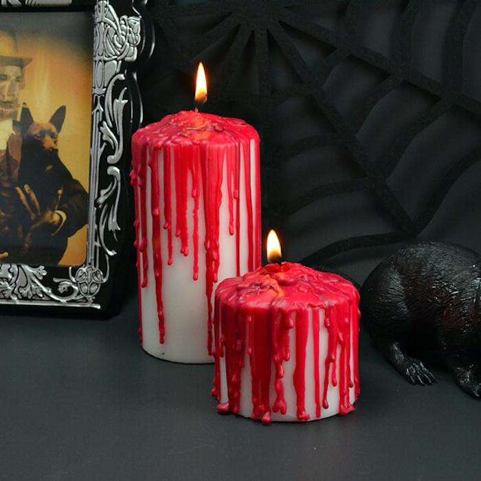 deco halloween a faire soi meme, bougie blanche avec des coulées de cire rouge, bricolage facile, décor de fond noir