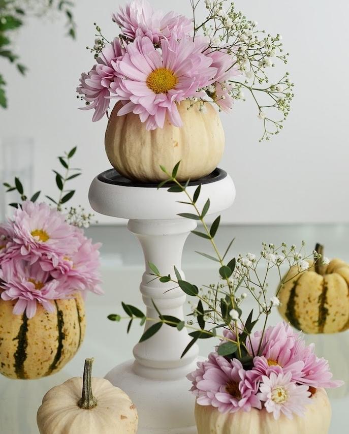 activité manuelle halloween avec des citrouilles vidées et bouquets de fleurs dedans, decoration interieur fleuri