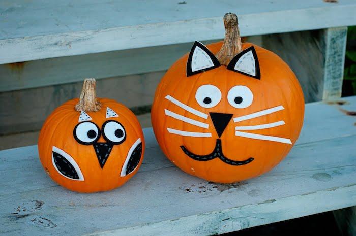 activité manuelle halloween, citrouilles orange avec tête de hibou et tête de chat en papier et feutrine, decoration exteireur