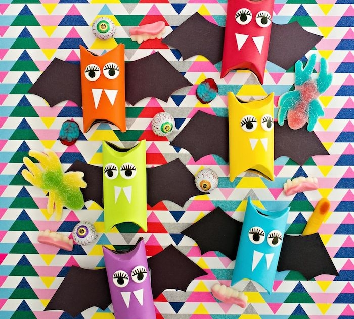 bricolage halloween avec rouleau de papier toilette, des rouleaux repeints colorés avec des yeux, dents et ailes en papier