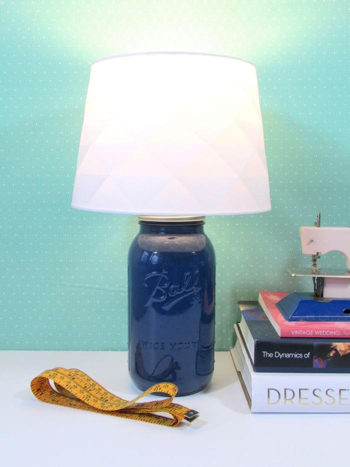 tuto facile pour fabriquer une lampe de chevet diy à partir d'un bocal en verre repeint