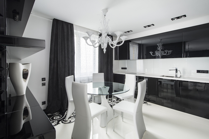 astuce rangement cuisine, décoration intérieur en blanc et noir, plafond et plancher blancs avec déco florale en noir