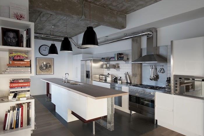 modele de cuisine, plafond en bois avec poutres et tuyaux apparentes, ilot central en bois peint blanc avec comptoir beige