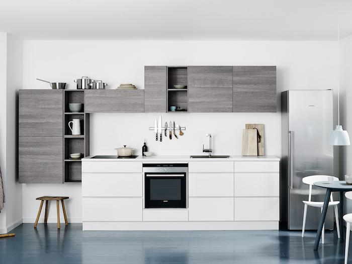 idee deco cuisine, plancher à design bois peint en bleu foncé, étagère et rangement cuisine en bois gris
