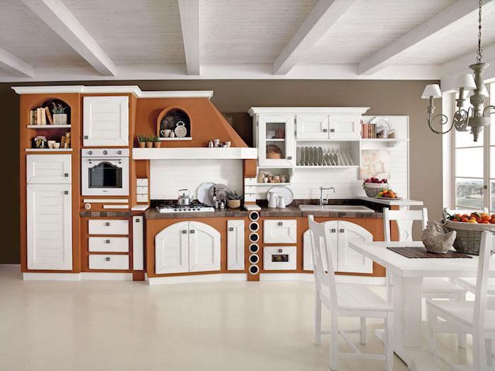 cuisine amenagee, table à manger avec chaises en bois peint blanc, carrelage sol de cuisine en beige