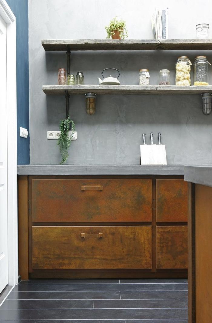 cuisine industrielle associant du béton, de l'acier effet rouille et du bois rustique pour une ambiance rustique industrielle