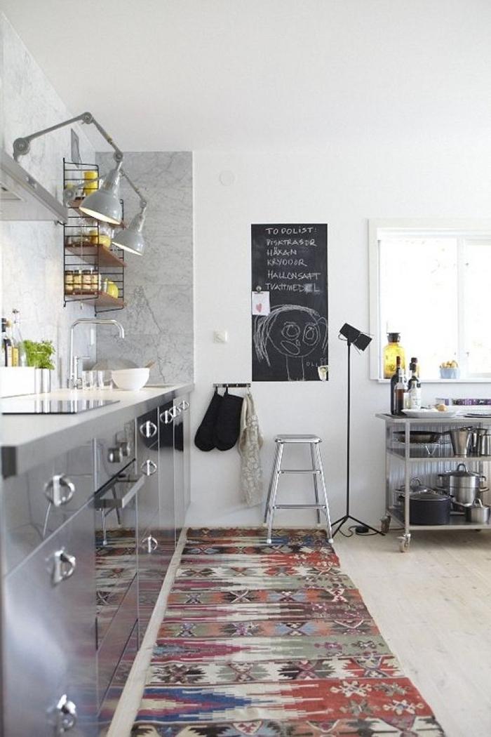 aménagement style industriel d'une petite cuisine avec une touche ethnique