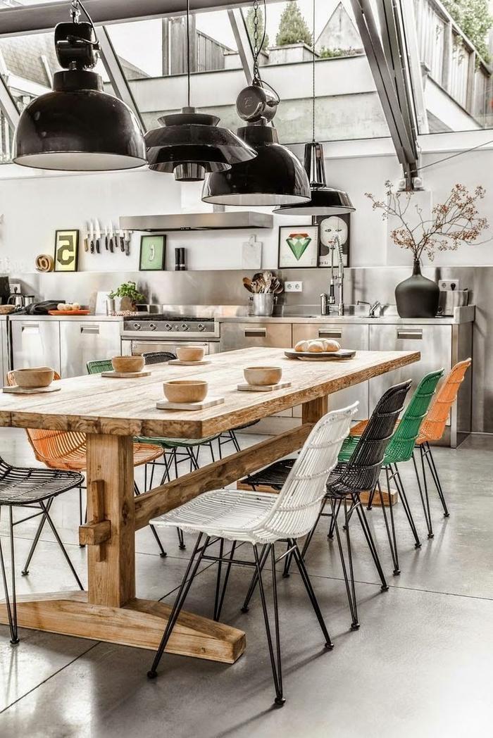 cuisine moderne en inox ouverte sur la salle à manger de deco industrielle et rustique