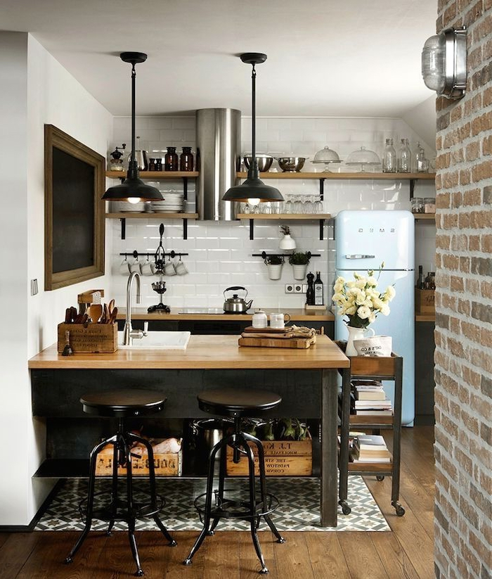idée originale pour aménager une petite cuisine de deco industrielle en optimisant l'espace vertical avec des étagères ouvertes