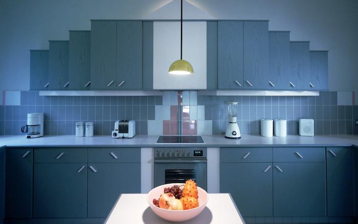 meuble haut cuisine, crédence cuisine à carrelage bleu et blanc, lampe suspendue en jaune