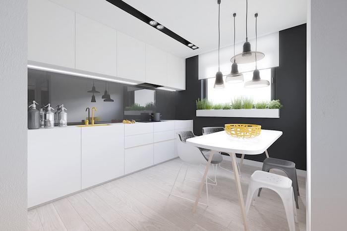 revetement mural cuisine, table à manger blanche avec chaises en blanc et gris, lampes suspendues transparentes