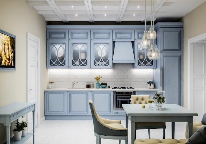 astuce rangement cuisine, lampes suspendues en verre transparentes, meubles en bois peint bleu clair design vintage