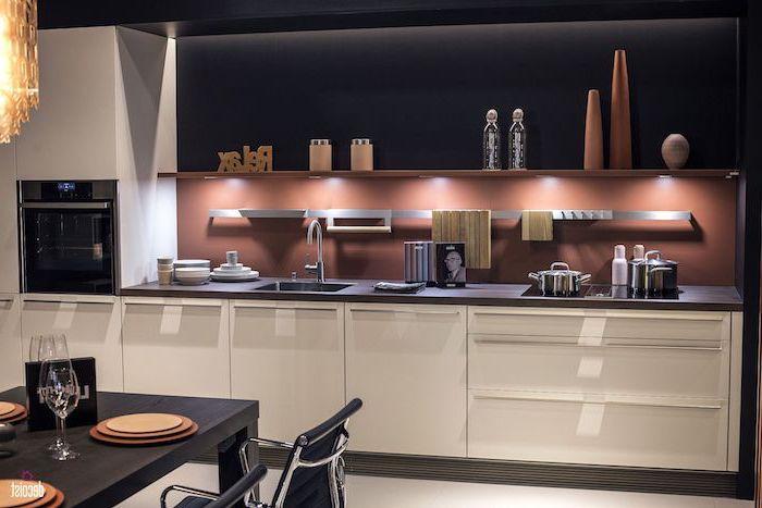 modele de cuisine, meubles bas en blanc avec étagère murale en bois, murs et plafond peints noir