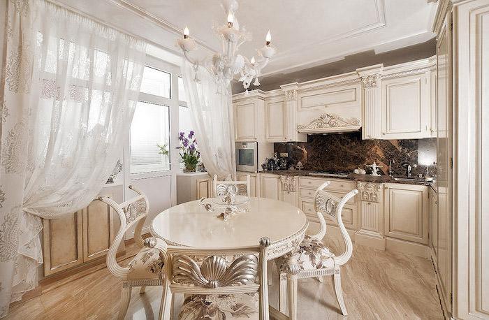 idee deco cuisine, rideaux longs en blanc à motifs feuilles en or, crédence cuisine en marron, meubles cuisine style vintage