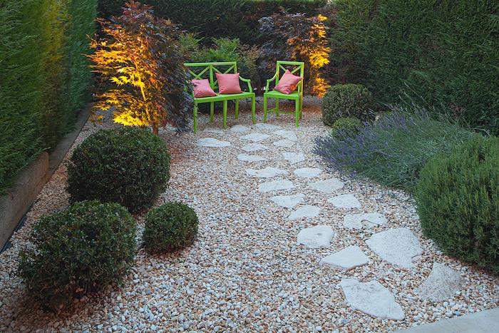 cailloux blanc, comment créer un coin de repos dans son jardin, meubles de bois peints en vert