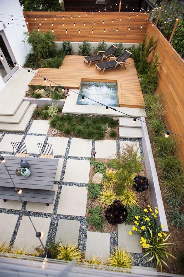 bordures jardin, déco extérieure avec clôture en bois et jacuzzi, transats piscine en bois marron foncé