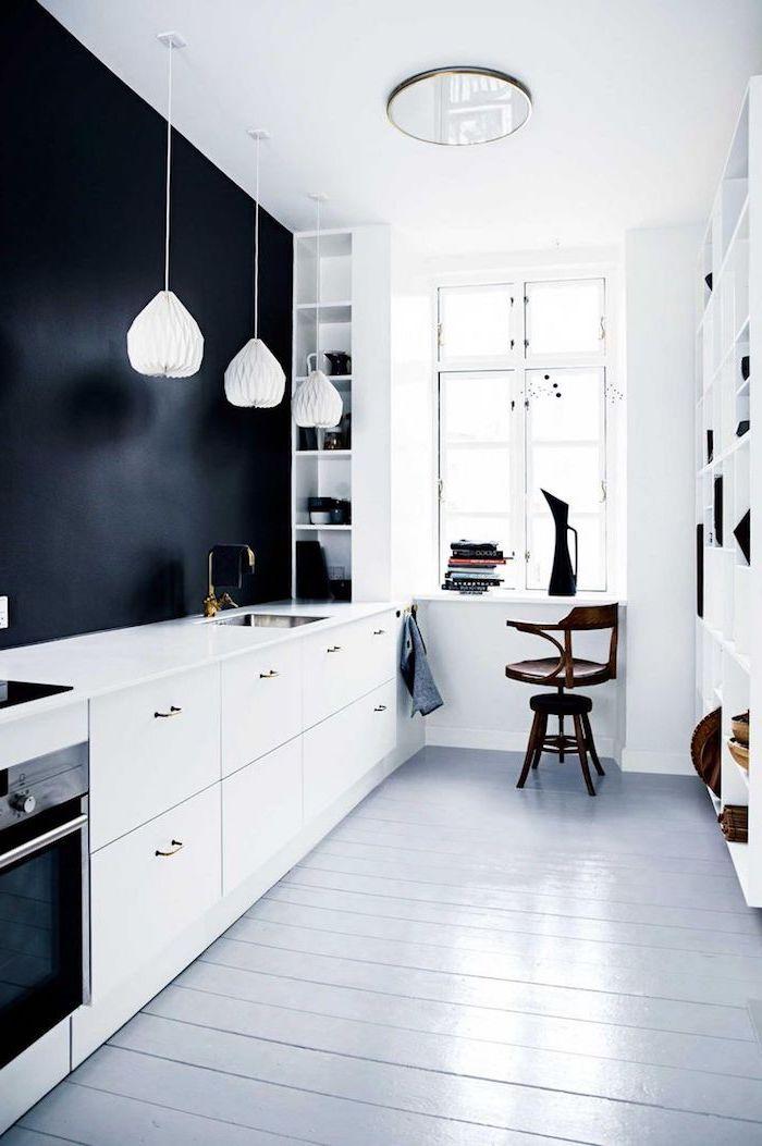 astuce rangement cuisine, lampe suspendue blanche à design origami, cuisine au plafond blanc et mur noir