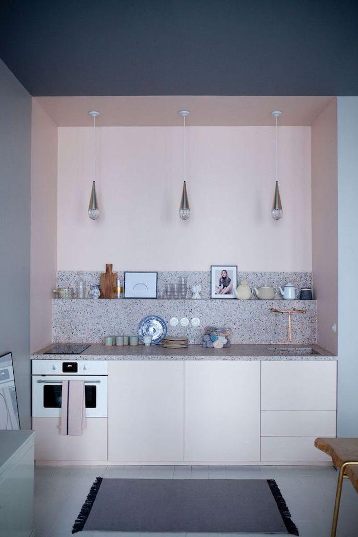 comment peindre la cuisine, plafond bleu foncé avec murs bleus et rose pastel, crédence cuisine carrelage imitation marbre
