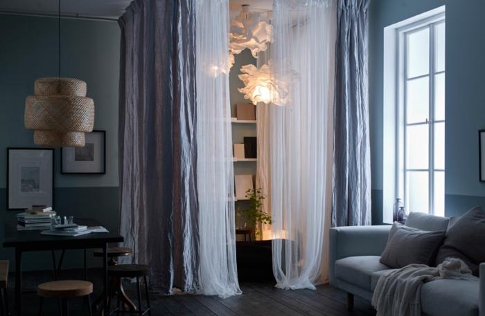 amenagement salon, sofa gris pâle, luminaires extravagants, rideaux blancs