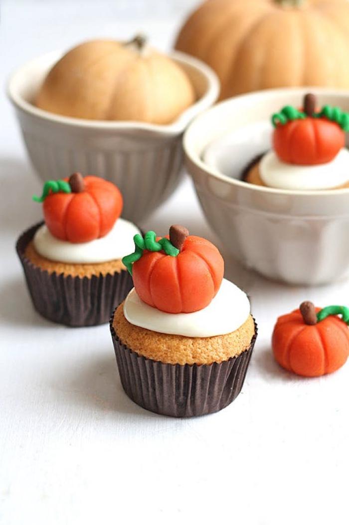 recette pour halloween de cupcakes à la citrouille décorés à la pâte de sucre