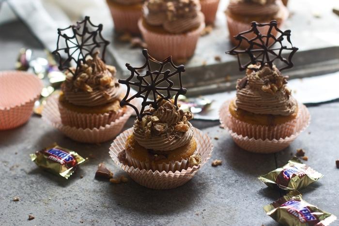 recette halloween de cup cakes pour ceux qui ont la dent sucrée, décoration de toile d'araignée au chocolat