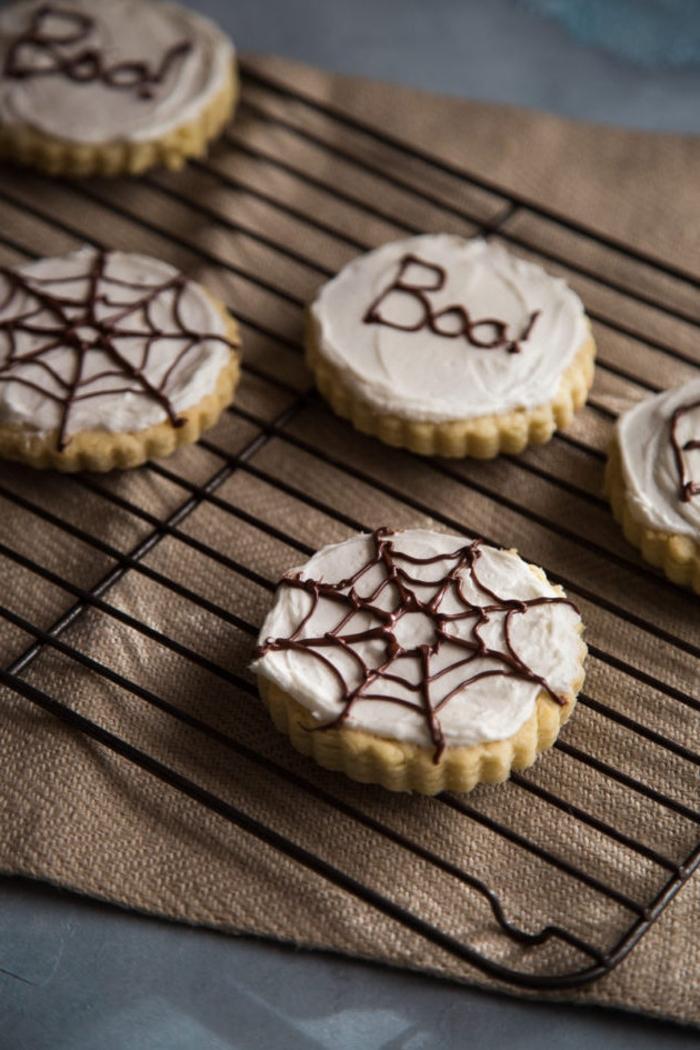 recette pour halloween originale et rapide, des sablés décorés façon toiles d araignéee
