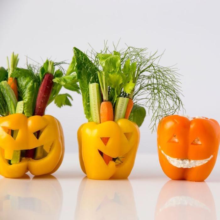recette pour halloween qui sont aussi bonnes pour la santé, des poiuvrons farcis de crudité et de fromage