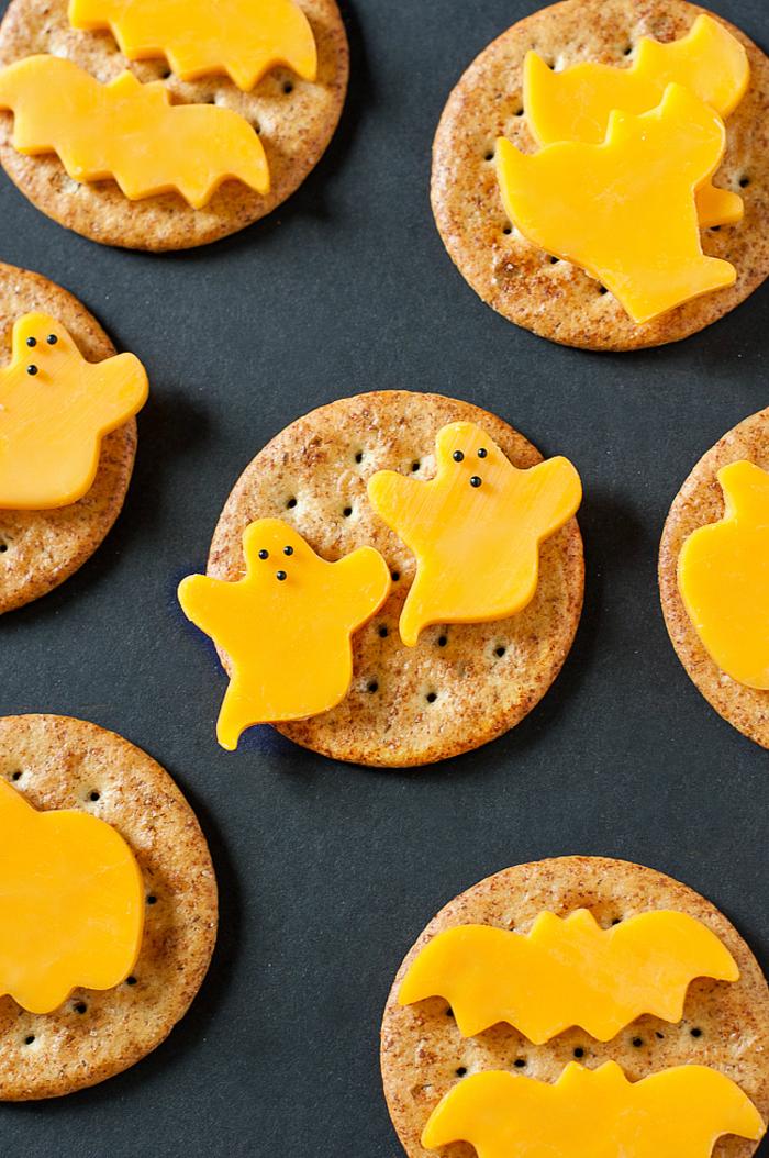 des amuse-bouches faciles et rapides pour un apero halloween original, des biscuits salés avec du fromage
