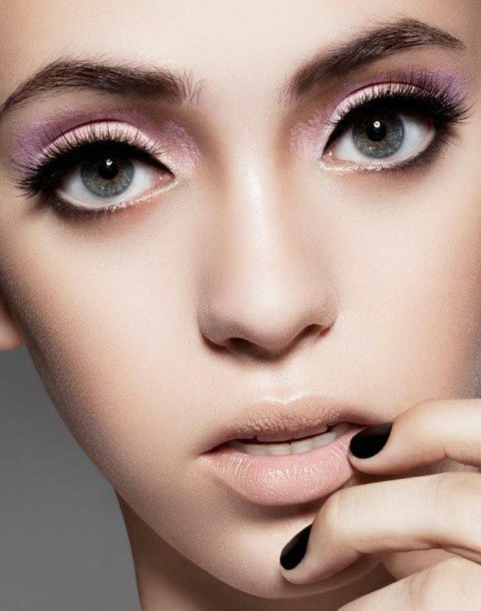 maquillage yeux verts avec ombre a paupières rose et eye liner noir avec lèvres rose pale