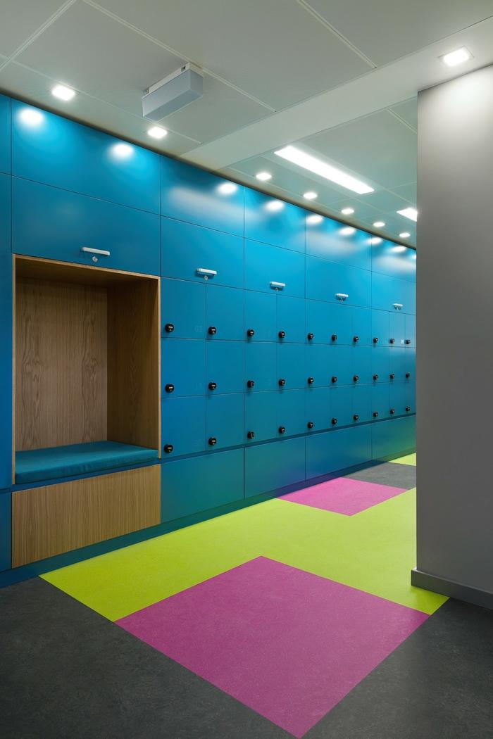 étagère métallique en bleu turquoise avec fermeture solide pour les visiteurs de l'office