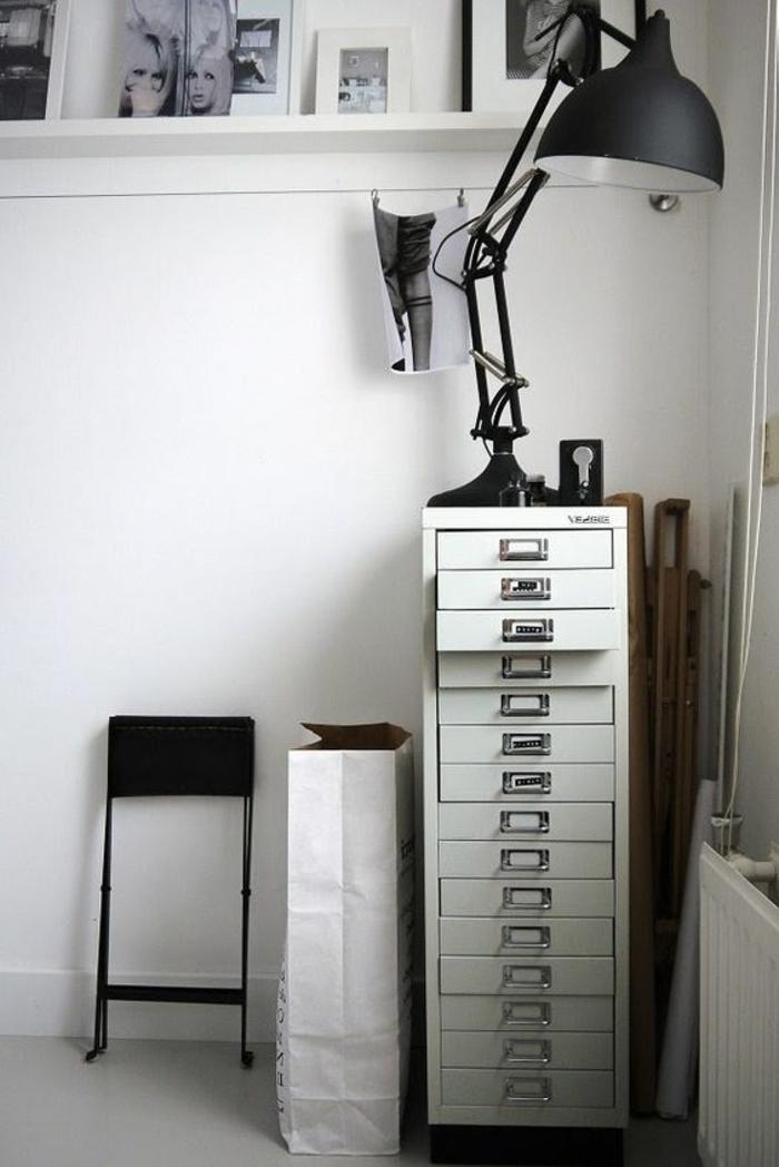 meuble à cases en métal dans un intérieur raffiné fashion au goût rétro en noir et blanc