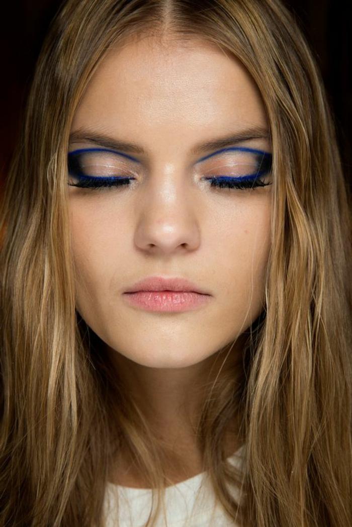 tutoriel maquillage avec crayon kohl en bleu électrique posé en manière intéressante avec des lèvres sans maquillage